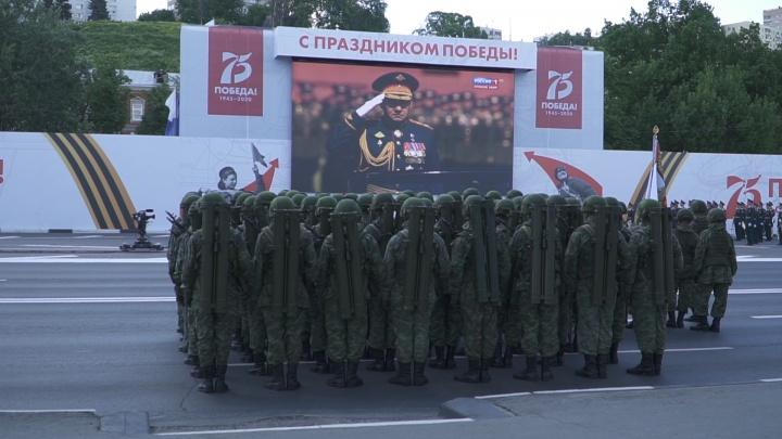 Видео дня: нижегородские военные смотрят московский парад на пустой набережной