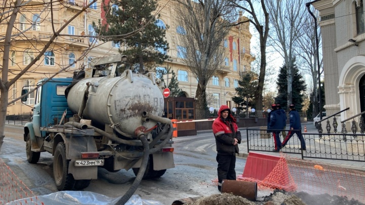 Прорыв трубы у администрации Ростова оставил 34дома без тепла