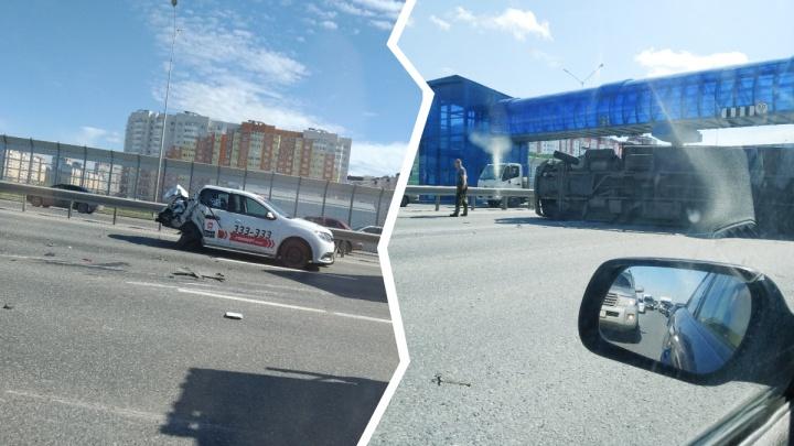 На тюменской объездной грузовик снес половину такси и перевернулся
