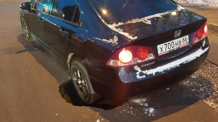 «Подо мной провалился асфальт»: на Советской яма появилась прямо под движущимся автомобилем