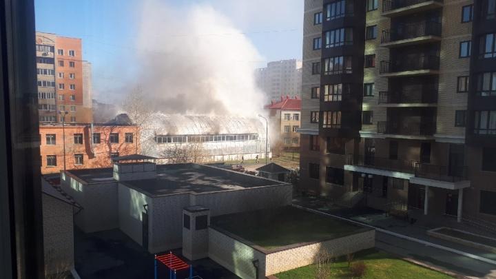 «По всему району сильный дым». В Тюмени загорелась бывшая школа олимпийского резерва