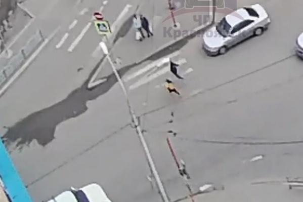Дети выбежали под колеса авто