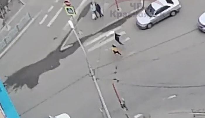 Две девочки решили перебежать дорогу и угодили под колеса иномарки. Видео