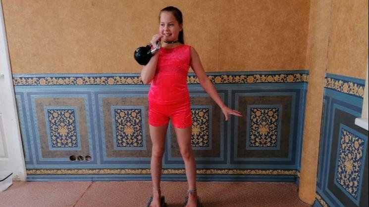 Поднимала гирю, стоя на гвоздях: школьница из Екатеринбурга установила несколько мировых рекордов