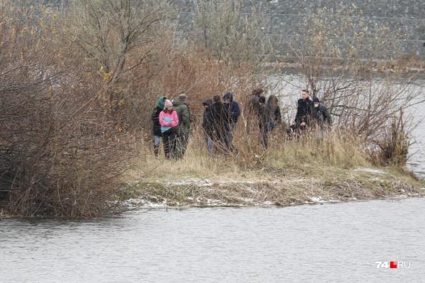 Мать избавилась от тела сына с берега Миасса, заросшего кустами