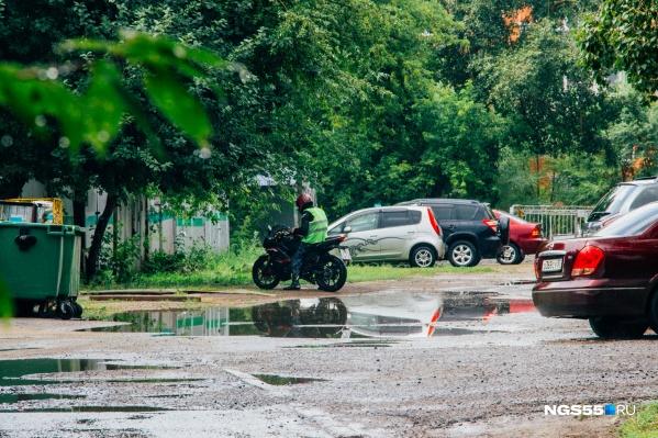 """Водители мотоциклов уже <a href=""""https://ngs55.ru/news/more/69465913/"""" target=""""_blank"""" class=""""_"""">официально закрыли сезон</a> — на дороге остались только самые отважные"""