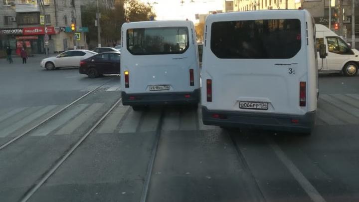 Они торопятся, а нам что делать?: в Волгограде водители трамваев жалуются на подрезающие их маршрутки