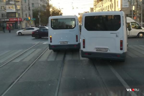 Обогнать трамвай слева и подрезать стало нормой для некоторых водителей маршруток
