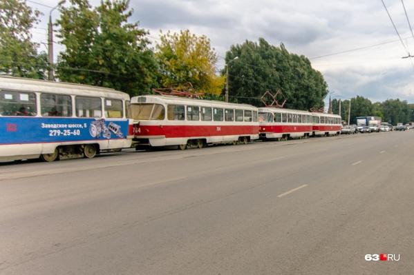 Трамвайная линия находится посередине оживленной трассы