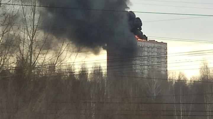 В Перми загорелась крыша строящегося жилого дома. Видео