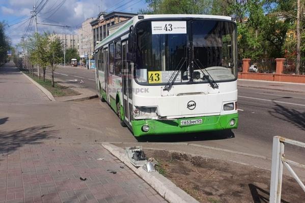 Автобус шел по выделенной полосе