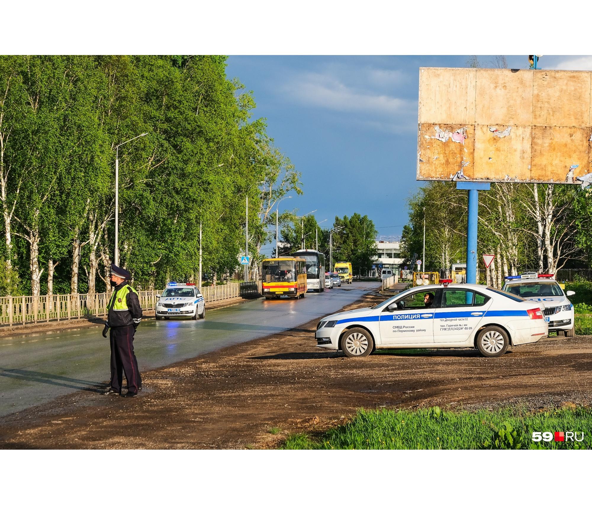 На выезде из аэропорта движение регулируют автоинспекторы