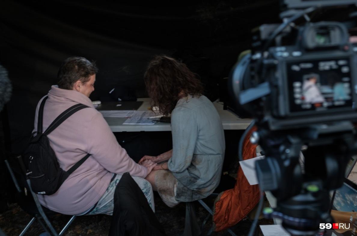 Лариса работает на съемках как психолог: помогает молодой актрисе Надежде Калегановой, играющей ее саму, справиться с эмоциями