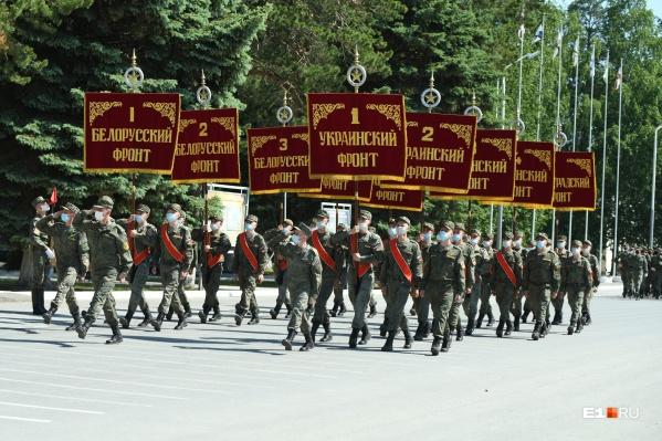 Сотни военных в форме и масках прошли со знаменами фронтов Великой Отечественной войны