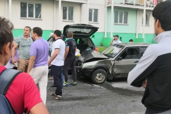 Мужчина на большой скорости врезался в припаркованные машины