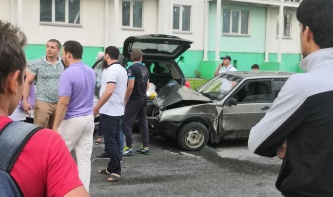 Появилось видео, как пьяный водитель сносит припаркованные машины на МЖК