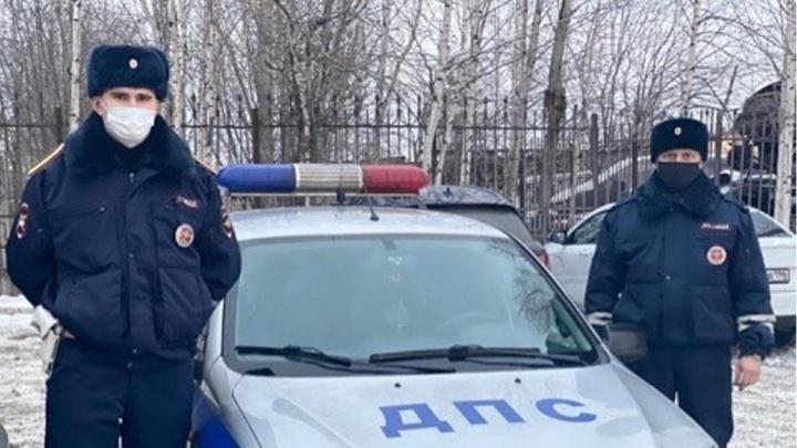 Свердловские гаишники на севере Урала спасли дальнобойщика, у которого в бензобаке замерзло топливо