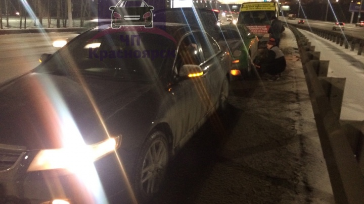 Машины массово пробивают колеса на яме на Октябрьском мосту