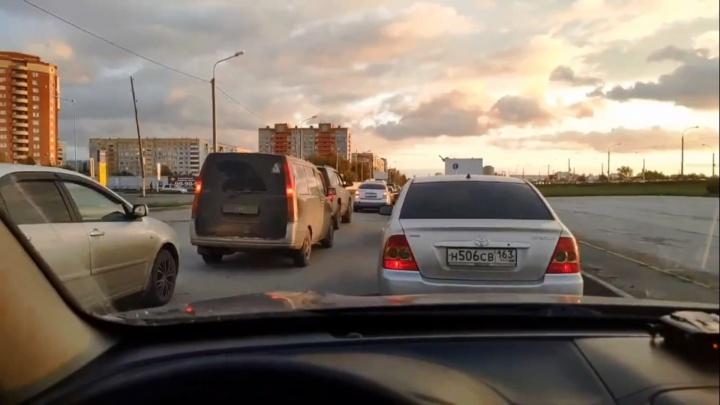 На Левобережье изменили работу светофоров, чтобы избавиться от пробок из-за новой дороги-дублёра