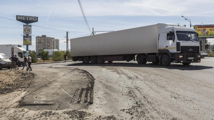 «Стараются успеть до конца дня»: в Волгограде спешно строят отдельную полосу для многотонных фур
