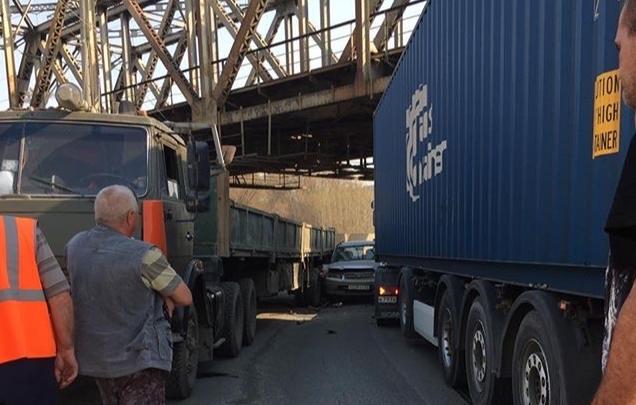 Минивэн зажало между двумя тягачами на Тещином языке: пробки растянулись по четырём улицам