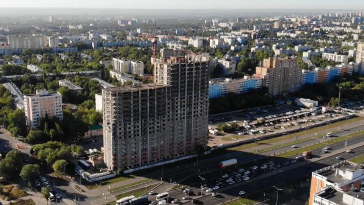 Вырос среди спального района: видеоблогер показал, как возводят высотку на Московском шоссе