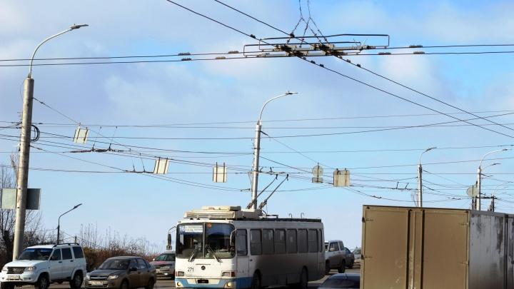 На Ленинградской площади установили новые детали троллейбусной сети. Деньги на них собирали омичи