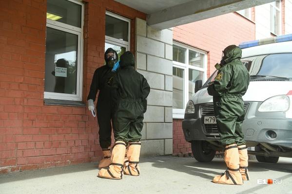 Вот в таких защитных костюмах медики работают с теми, у кого подозревают коронавирус или кто уже болеет COVID-19