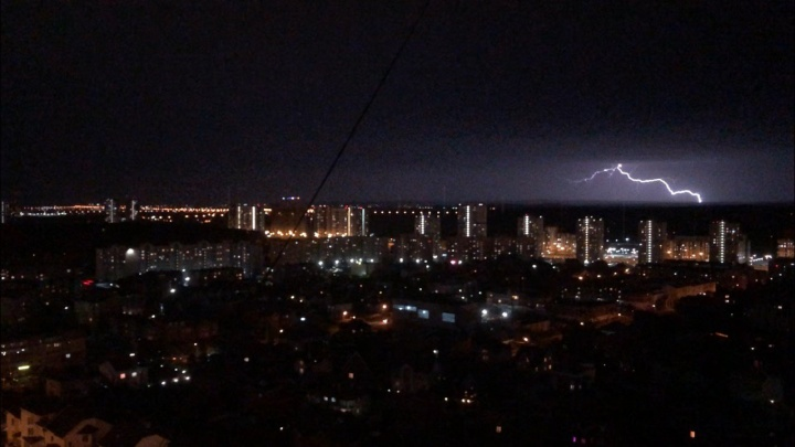 Многоэтажки заливает водой: онлайн о последствиях штормового ветра и грозы в Екатеринбурге