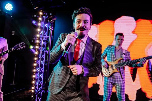 На концертах Ив Набиев и его музыканты не только поют, но и зажигательно танцуют