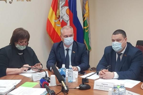 Председатель городской думы Андрей Шмидт (в центре) оказался отнюдь не лидером по доходам