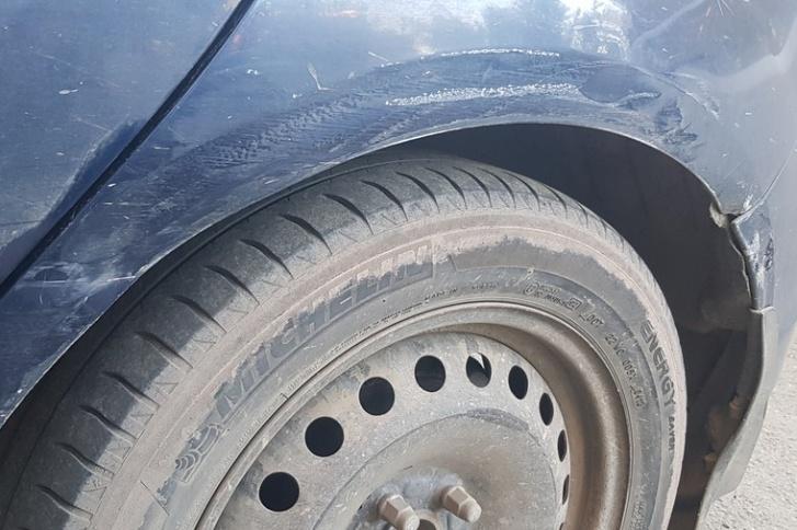 У Ford Focus повреждены левое заднее крыло, дверь и бампер