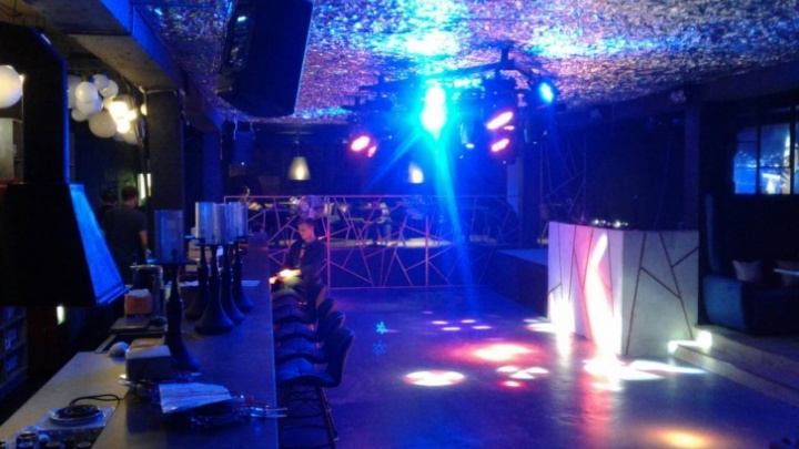 Ночной клуб устроил вечеринку после 23:00 под видом танцевальной тренировки. Но туда все равно пришла проверка