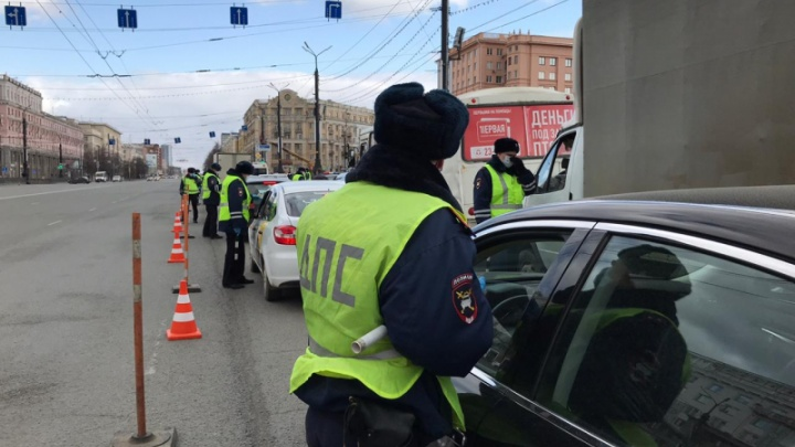 Полиция усилила проверку автомобилистов в Челябинске и разворачивает людей домой на границах области