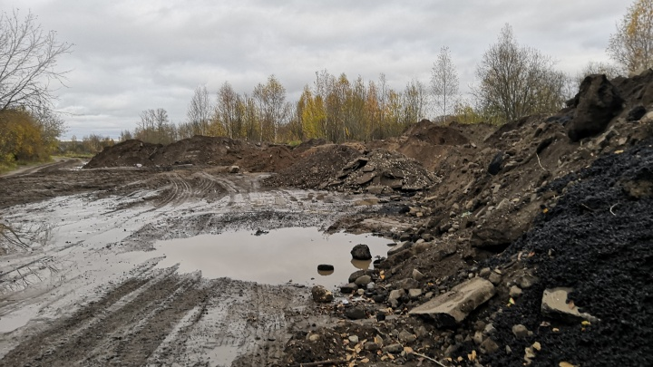 Дорожники, ремонтирующие Тутаевское шоссе, свалили грязную землю на берегу Волги