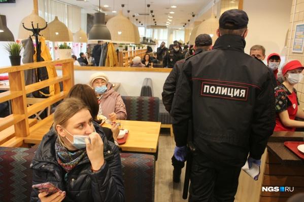 После того как в столовой появились проверяющие, некоторые посетители вынужденно надели маски