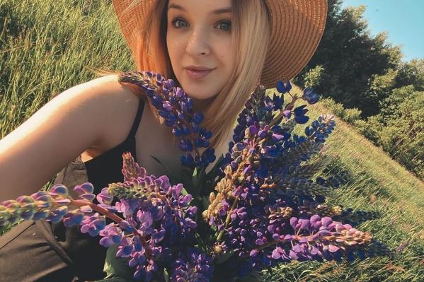 Важнейшие атрибуты фотосессий с люпинами — красивый сарафан и шляпка. Так ведь?