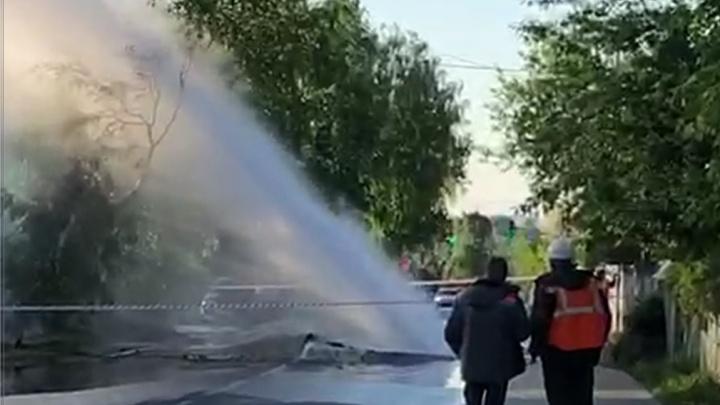 «Куски асфальта летели»: в Екатеринбурге посреди проезжей части забил фонтан