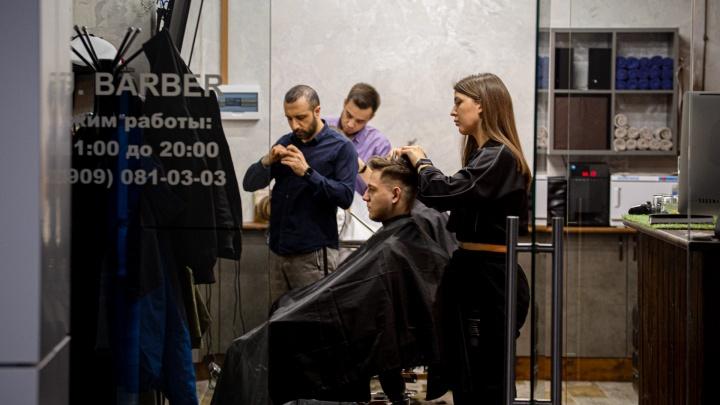 На волоске от вируса. Челябинцы оккупировали барбершопы после разрешения на работу парикмахерским