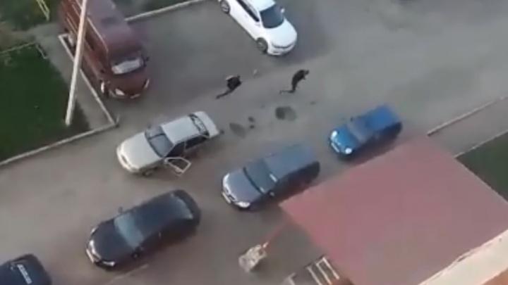 Опять 90-е: в Башкирии мотоциклист обстрелял таксиста, момент попал на видео