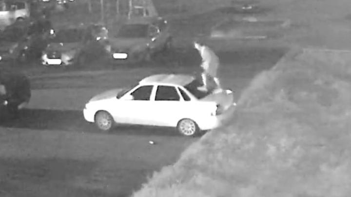 «Вытворял всё»: в Рыбинске вандал изуродовал несколько автомобилей. Видео