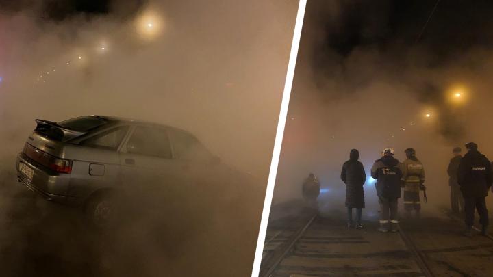 В Самаре из-за прорыва горячей трубы машина провалилась под асфальт