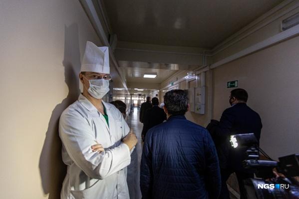 Новосибирская область получит деньги на дополнительные выплаты медикам, но не все