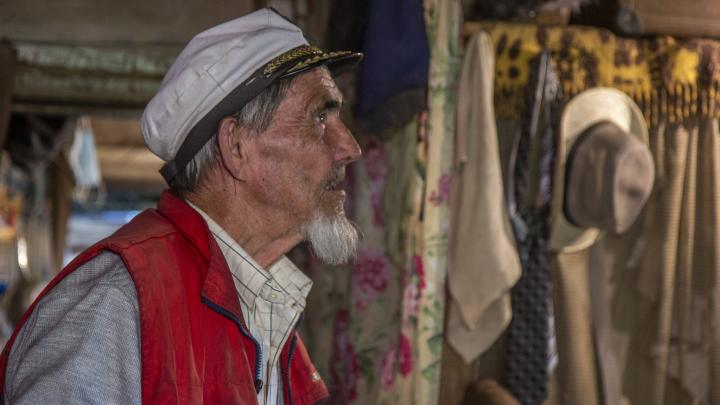 «Я не стал связываться с женщинами»: дедушка 14 лет прожил один в заброшенной деревне