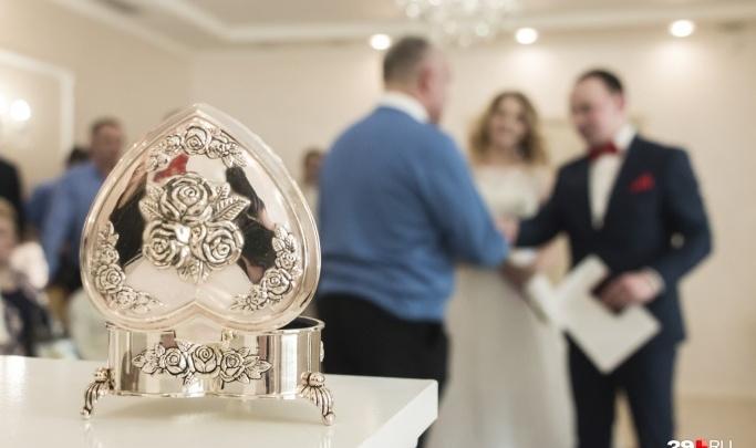 В загсах Архангельской области из-за коронавируса отказались от свадебных церемоний с гостями