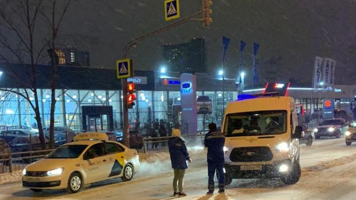 На полном ходу «Газель» пронеслась на красный: в Екатеринбурге насмерть сбили мужчину на пешеходном переходе