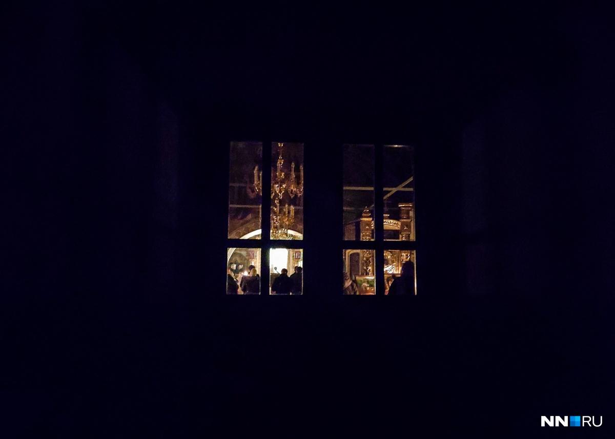 В Нижнем Новгороде в храме закрыли двери и выключили свет. Служба началась при свечах