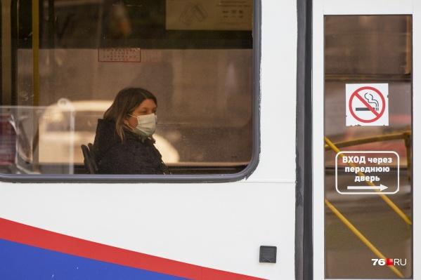 За поездки в общественном транспорте без маски на лице предусмотрены штрафы