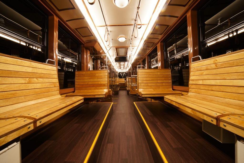 Сиденья в трамвае деревянные
