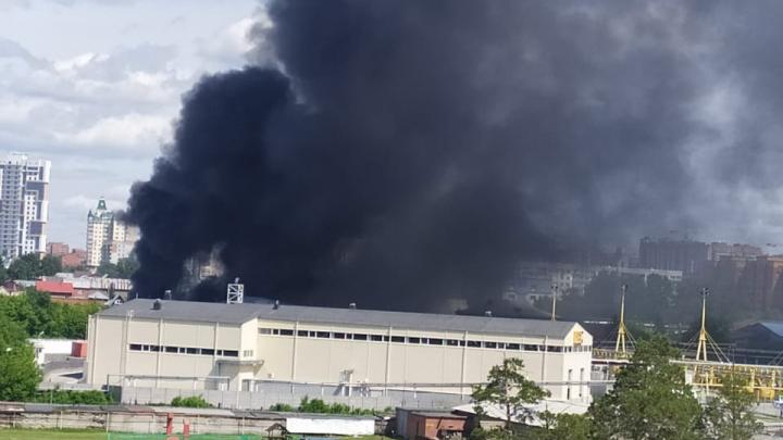 В Новосибирске полыхает склад — над Заельцовским районом поднялось чёрное облако дыма